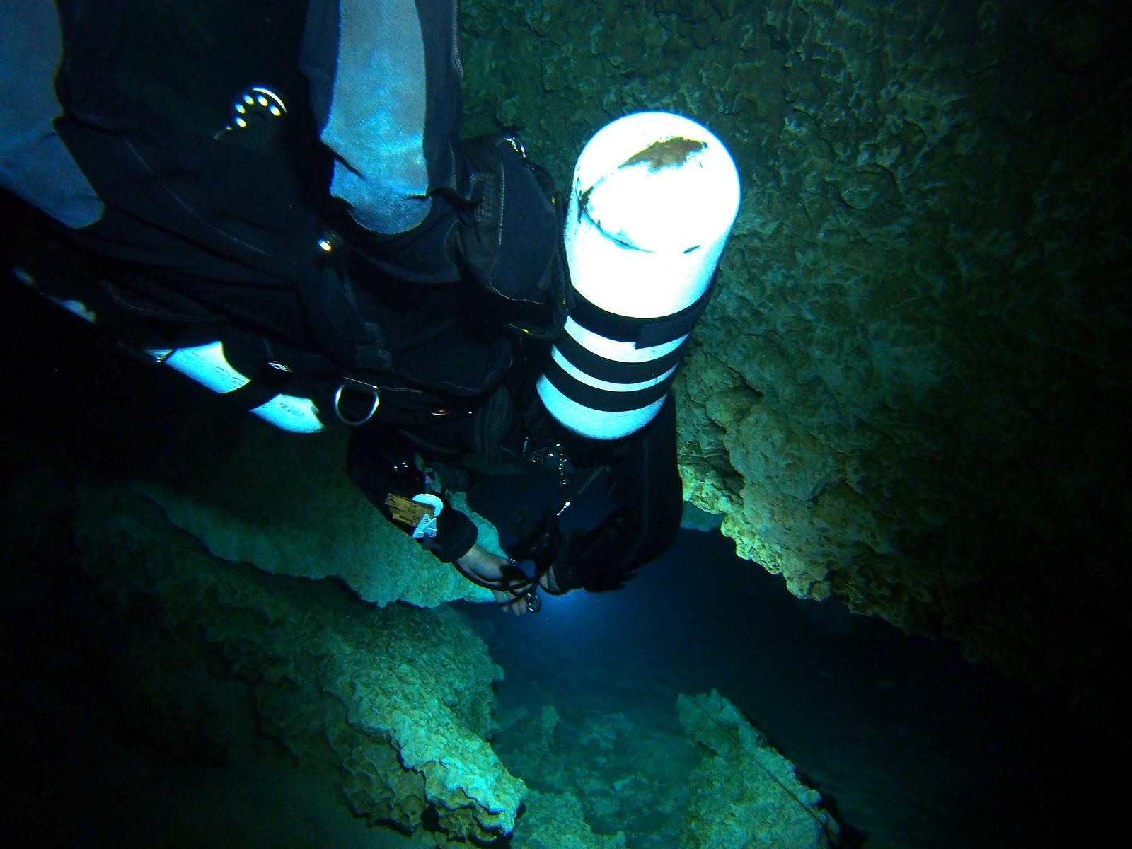 """Das Foto wurde von Laurent Miroult aufgenommen in Jackson Blue im """"Kamin"""", der in einem 45 Grad Winkel von 15m auf 30m Tiefe führt."""